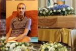 """I funerali di Luca Cardillo tra fiori bianchi, ricordi e lacrime. """"Non è morto, è morto solo il suo corpo"""""""