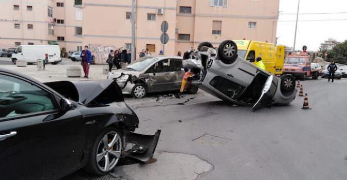 Paura in via Antonello da Messina: violento scontro tra tre auto, una si cappotta