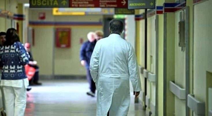 """Panico al """"Giovanni Paolo II"""", infermiere preso a pugni e schiaffi: fermato l'aggressore"""