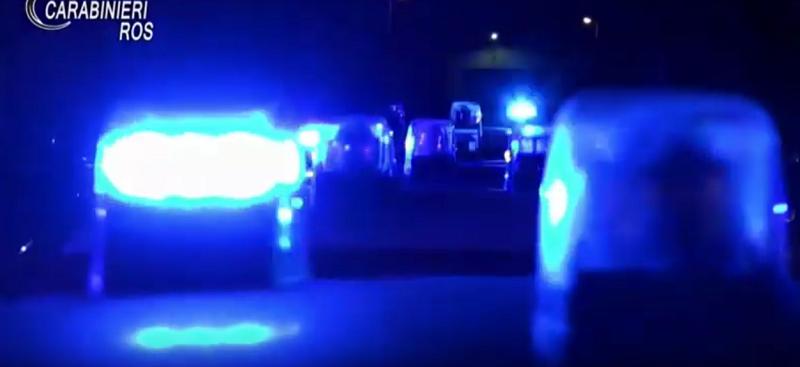 Scoppia bomba davanti a un'officina, in frantumi finestre del vicinato: paura tra i residenti