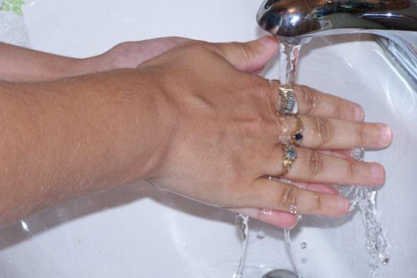Lavarsi sempre le mani e sentirsi costantemente a disagio: in cosa consistono i disturbi ossessivi compulsivi