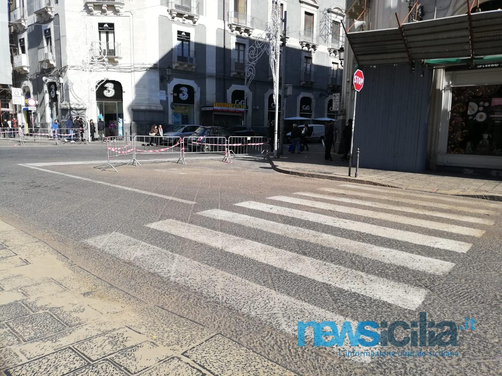 Sant'Agata, rimozione di cera e segatura tra ritardi e disagi: corsa contro il tempo per ripulire il centro storico – FOTO e VIDEO
