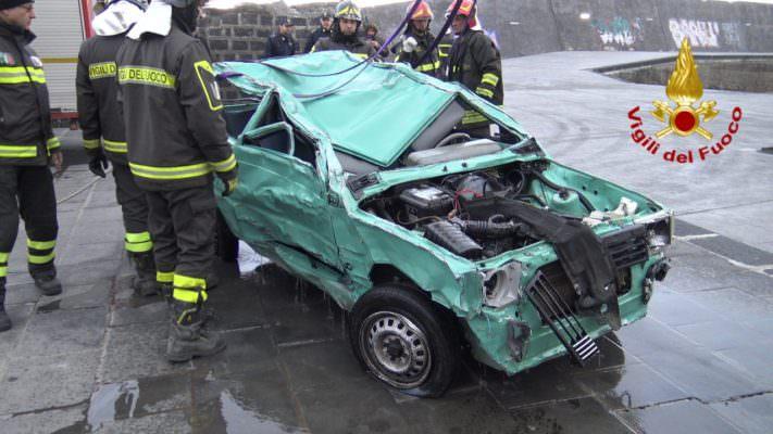 Santa Maria la Scala, riportata l'auto in superficie: zona al setaccio per trovare Enrico – FOTO e VIDEO