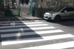 Anni di segnalazioni, finalmente l'attraversamento pedonale in via Ramondetta