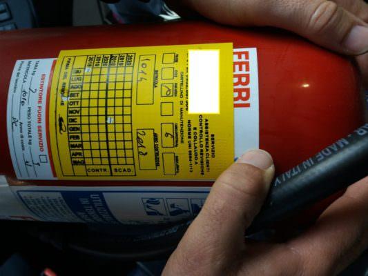 Truffa al commissariato di San Cristoforo, tecnici non controllano estintori ma cambiano etichette: denunciati