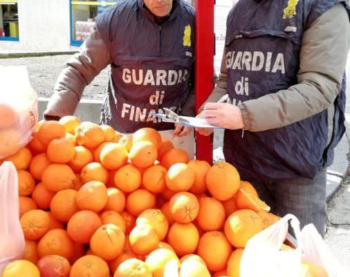 Occupava suolo pubblico abusivamente nel Catanese: sequestrati 400 chili di arance senza tracciabilità a venditore ambulante