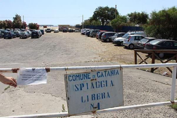 Guanti e sacchetti in mano per ripulire la spiaggia libera n° 1 della Playa di Catania