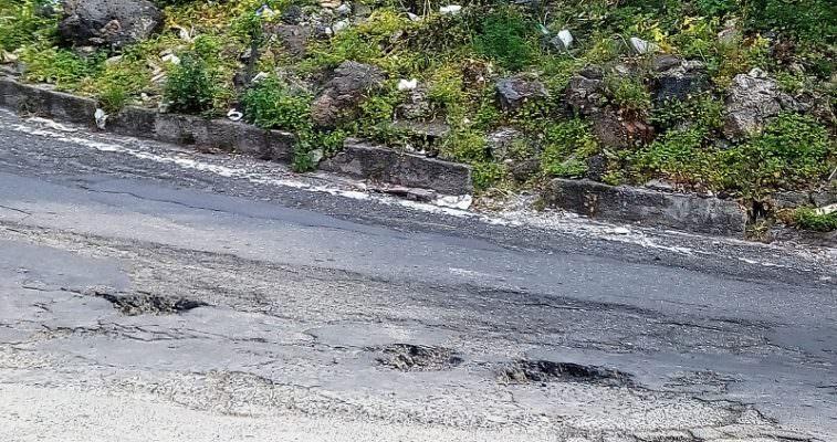 Micro discarica, erbacce e buche in via Ingegnere: la denuncia del Comitato Cittadino Vulcania