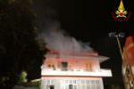 Grosso incendio nel Catanese: mette a rischio la vita per salvare la casa dalle fiamme
