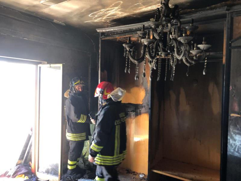 Paura in via Armando Diaz: appartamento in fiamme – LE FOTO