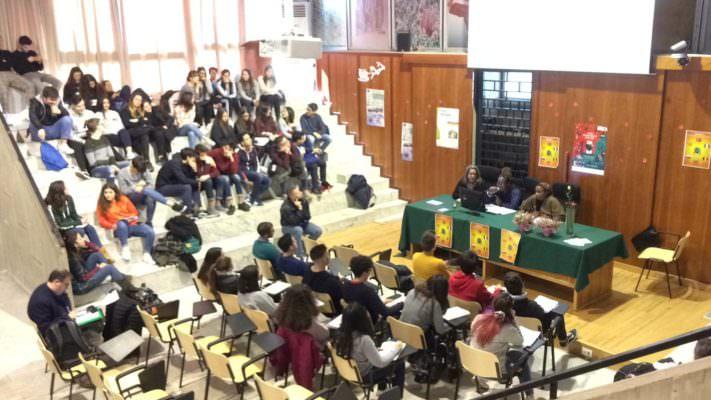 """Conoscere la lingua nel suo """"mondo"""": incontro e cultura al Fermi di Paternò con gli statunitensi di Sigonella"""