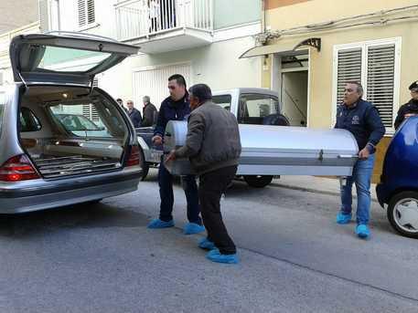 Coppia trovata morta in casa: la donna sarebbe stata strangolata dal marito che poi si sarebbe ucciso