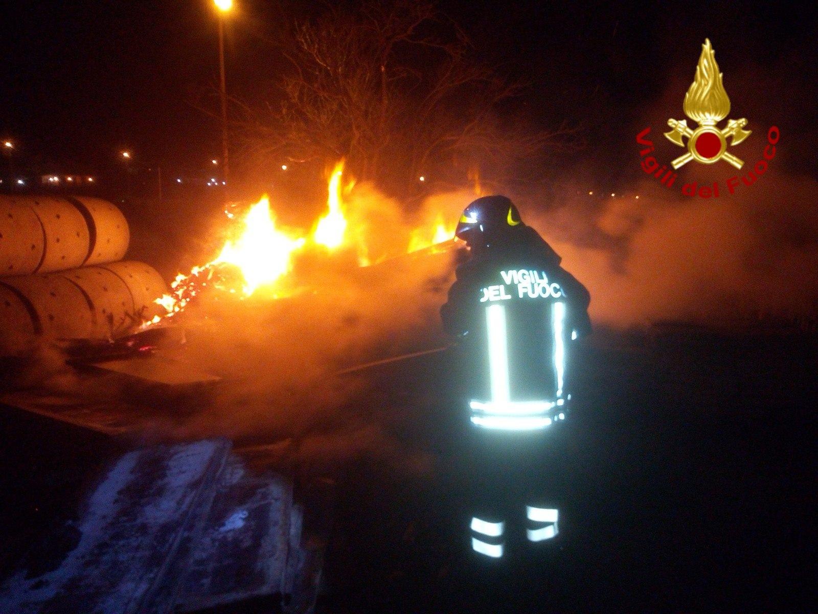 Grave incendio nel Catanese: fiamme in un cantiere – FOTO