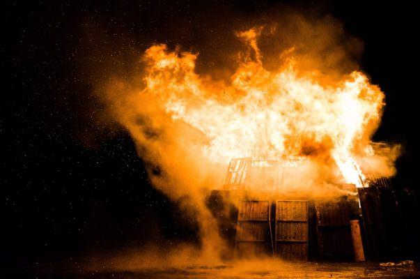 Camion e magazzino espurgo pozzi divorati dalle fiamme: rogo probabilmente di origine dolosa