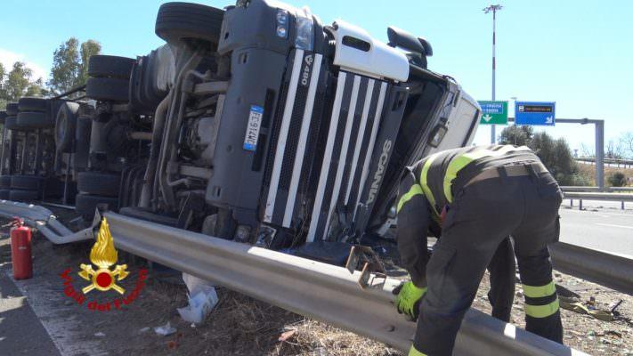 Tir si ribalta sulla tangenziale, conducente trasferito d'urgenza con l'elisoccorso: FOTO E VIDEO