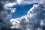 Tromba d'aria in Sicilia, nuvole nere e grandi boati improvvisi: piante e oggetti sollevati in aria