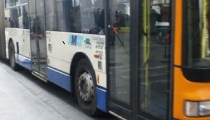 Baby gang sale sull'autobus e genera il caos: fumo, urla e musica a tutto volume. Denunciati