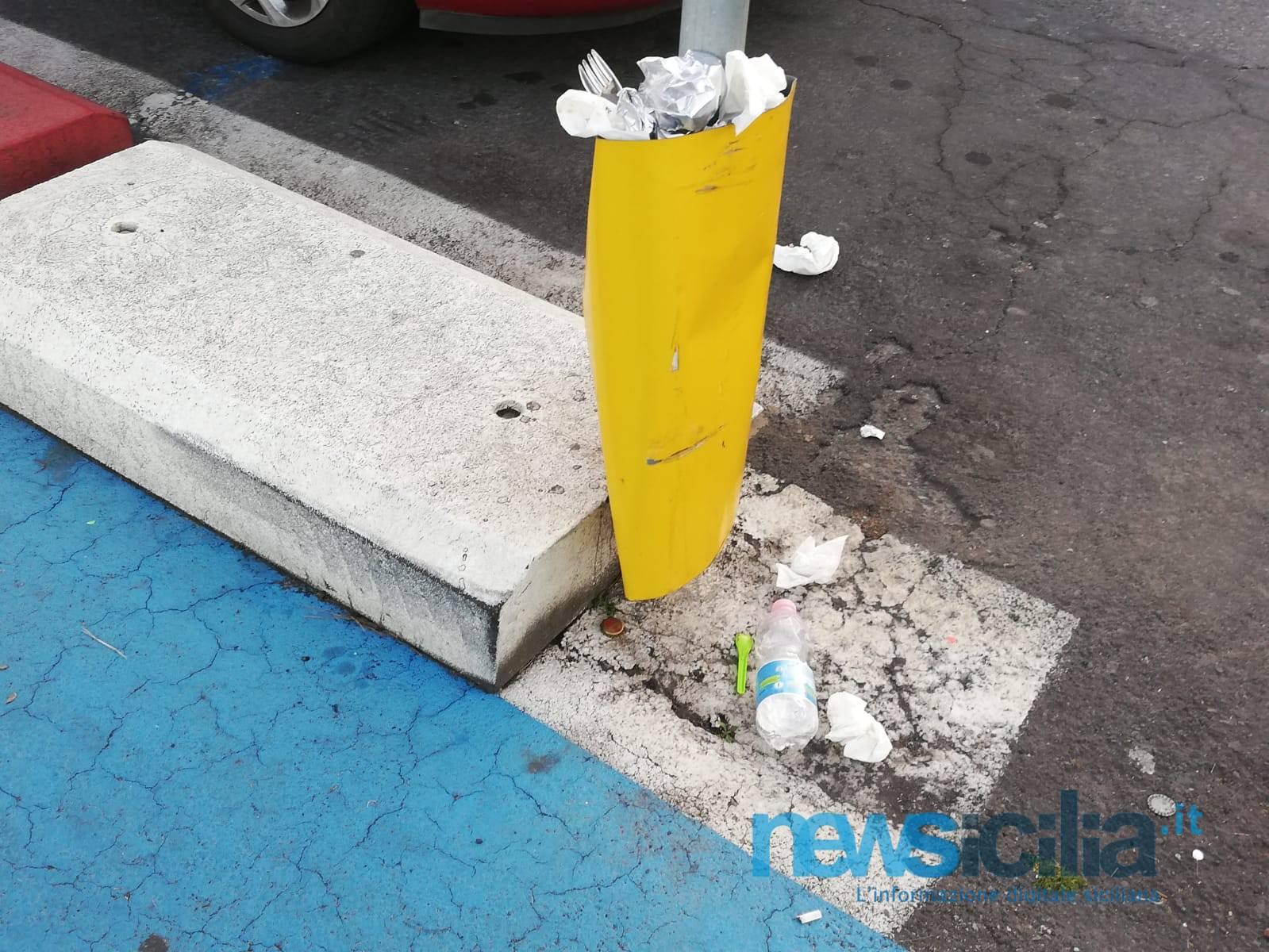 Catania, ancora incivili al lungomare: delineatori d'ostacolo distrutti e ricolmi di immondizia