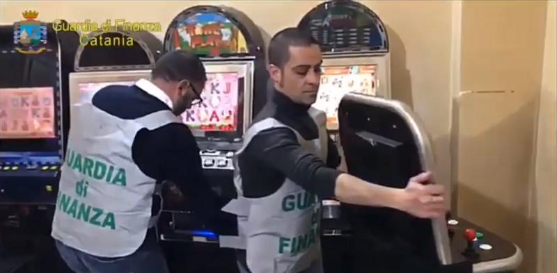 Sala giochi abusiva in una intercapedine tra due pareti: sequestrate 9 slot, 300 euro di incasso e denunciata la titolare – VIDEO