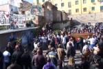 Morte Matteo Tresa, applausi e fuochi d'artificio per i funerali del 37enne ucciso in via Maqueda – VIDEO