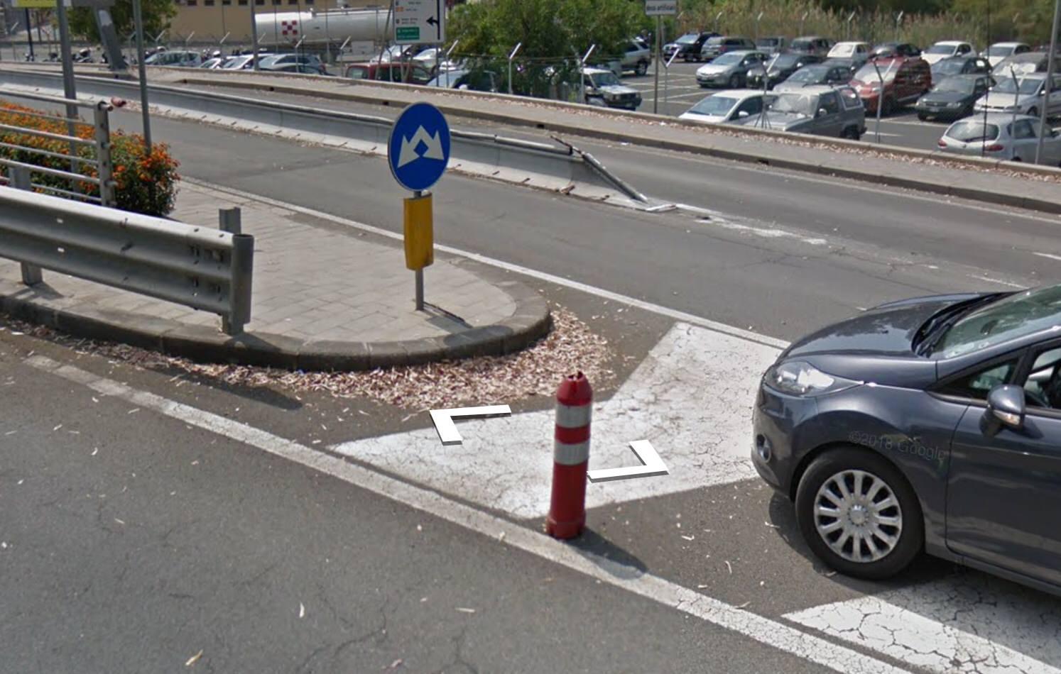 """Catania, spartitraffico """"invisibile"""" in aeroporto: le auto ci salgono sopra da anni. Perché?"""