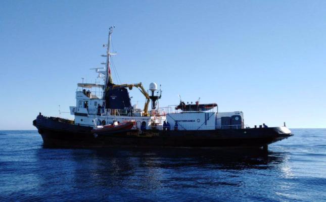 Mare Jonio, nave entra nel porto di Lampedusa scortata dalla guardia di finanza: verrà sequestrata dopo lo sbarco dei migranti