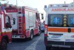 Paura in via Messina, auto si ribalta: tre feriti, vigili del fuoco sul posto