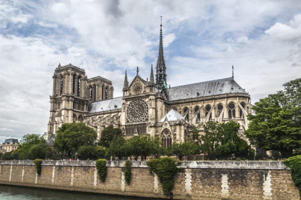 """Notre Dame, le fiamme non bruciano la """"magia"""": mini cattedrale al suo interno, chiamato anche il Papa"""