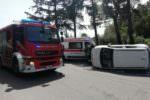 Incidente nel Catanese, auto sbatte contro marciapiede e si ribalta: donna finisce in ospedale
