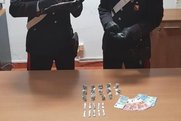 Pregiudicato beccato dai carabinieri: hashish, marijuana e denaro in casa
