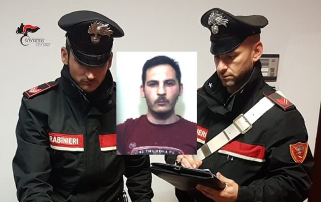 Vede i carabinieri e tenta di sbarazzarsi dello zaino con la marijuana: arrestato 22enne