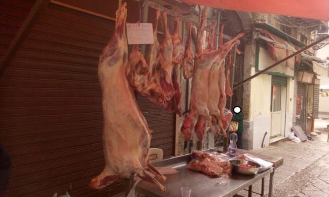 Circa 100 chili di carne in bancone esposto a polvere e insetti: sequestro al mercato