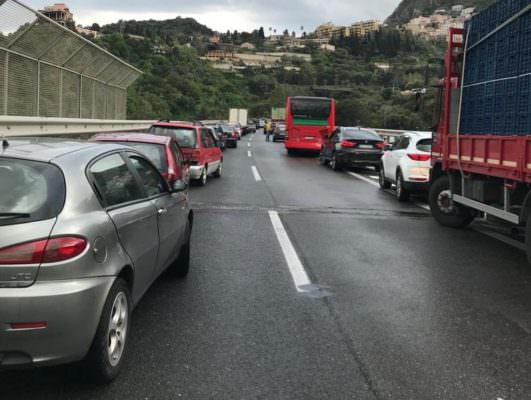 Autostrada A18, incidente nella galleria di Giardini Naxos: traffico bloccato e lunghe code