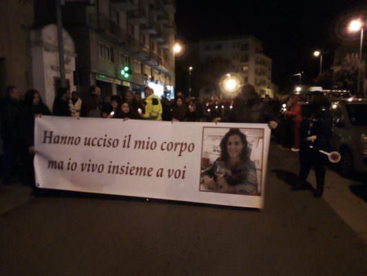 """""""Hanno ucciso il mio corpo ma io vivo insieme a voi"""": folla per la fiaccolata in ricordo di Nicoletta Indelicato"""
