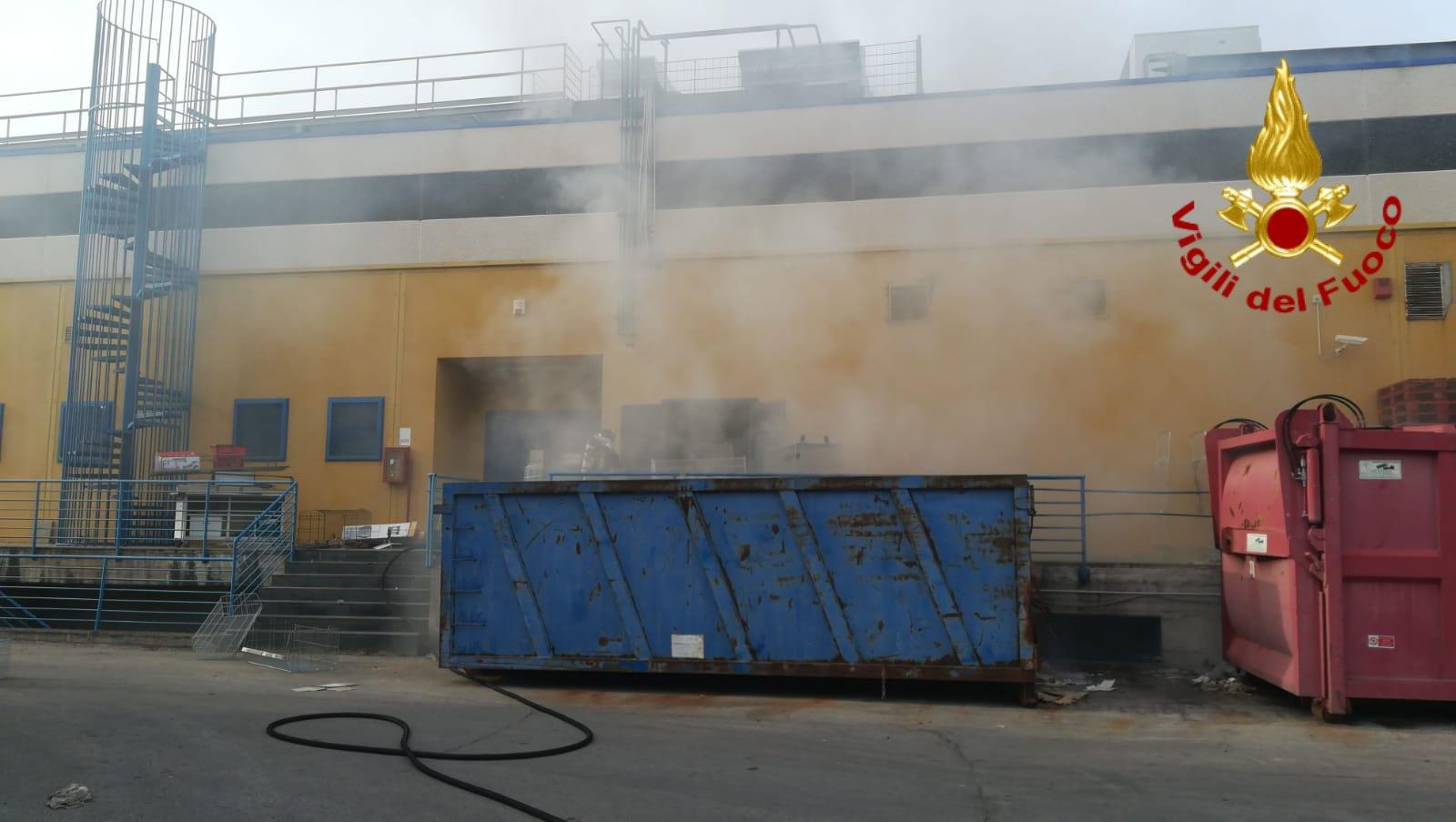 Incendio in centro commerciale nel Catanese: DETTAGLI e FOTO