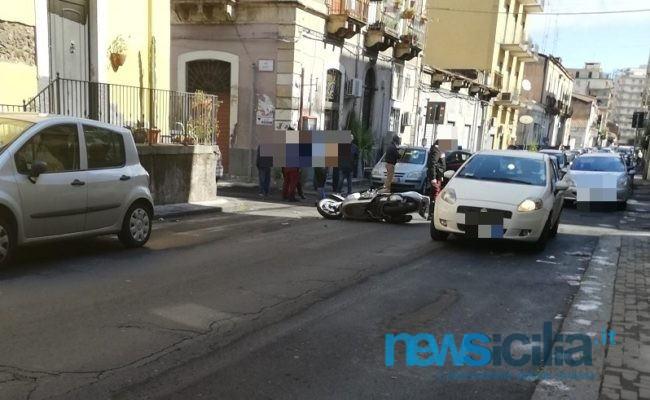 Catania, violento scontro auto-moto a Ognina: centauro ferito e traffico rallentato