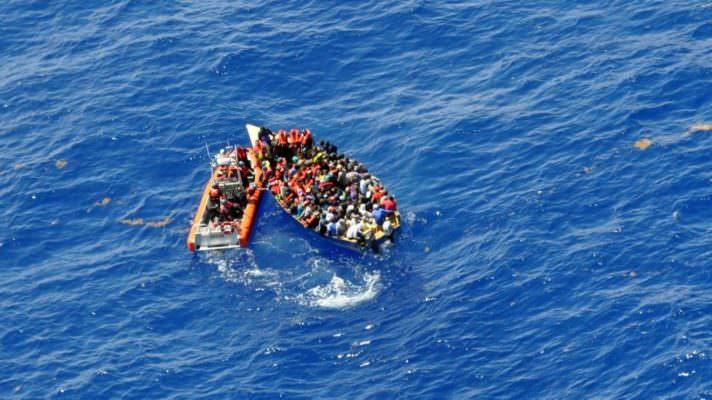 """Migranti, 110 persone rischiano la vita tra Sicilia e Libia: """"C'è una tempesta in corso, non lasciateli annegare"""""""