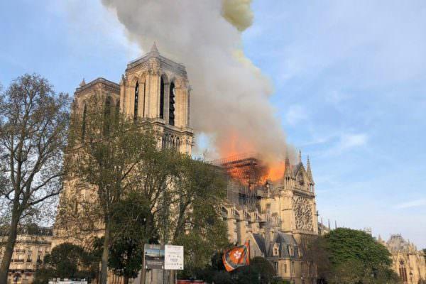 Incendio a Notre-Dame, novità dalle indagini: operai fumavano sull'impalcatura