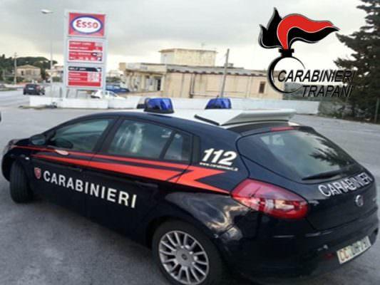 Irrompe in caserma e minaccia di morte i carabinieri: 52enne ferito da colpo di pistola e arrestato