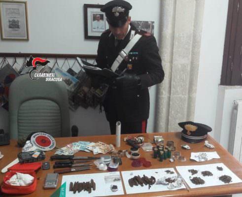 Cocaina in pietra, hashish, coltelli e cartucce: arrestato 21enne