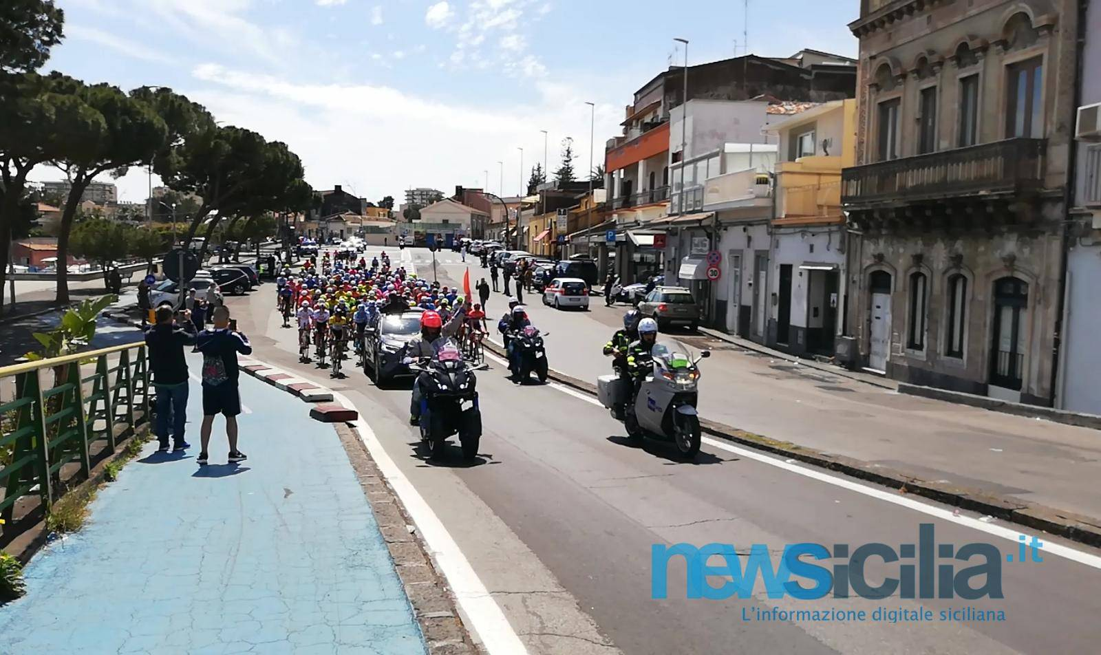 Giro di Sicilia, la prima tappa Catania-Milazzo: entusiasmo e allegria al lungomare etneo – FOTO e VIDEO