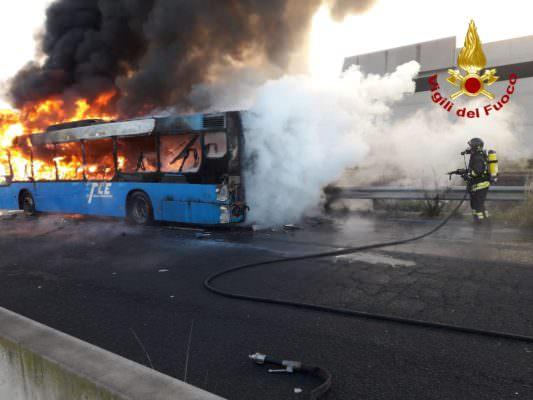 Paura nel Catanese, autobus in fiamme: intervento dei vigili del fuoco
