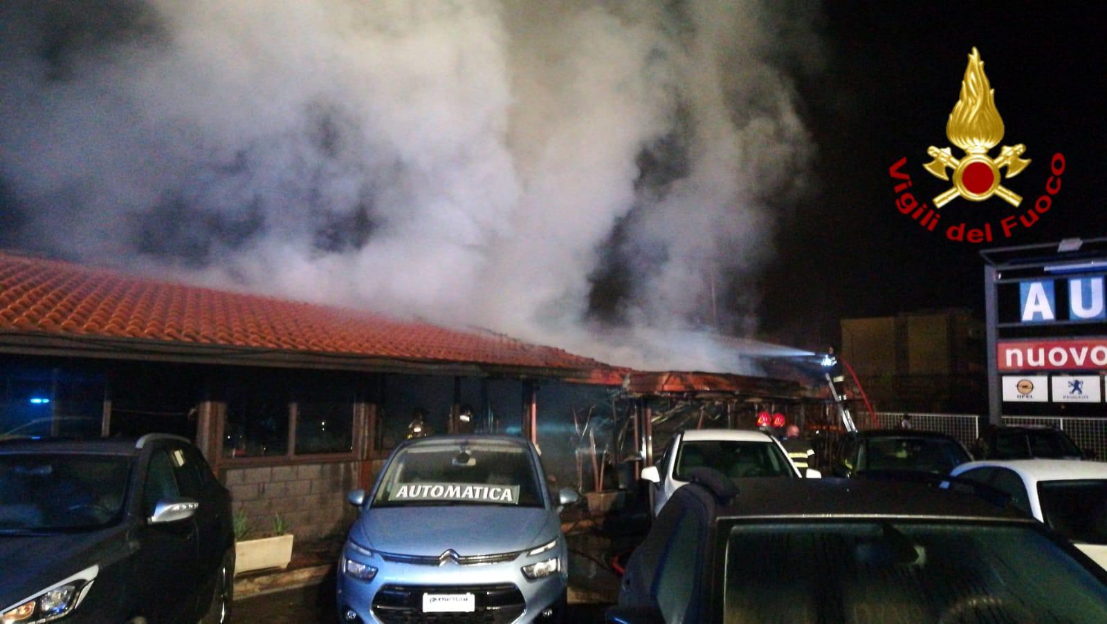 Incendio in un autosalone nel Catanese: paura nella notte – FOTO e DETTAGLI