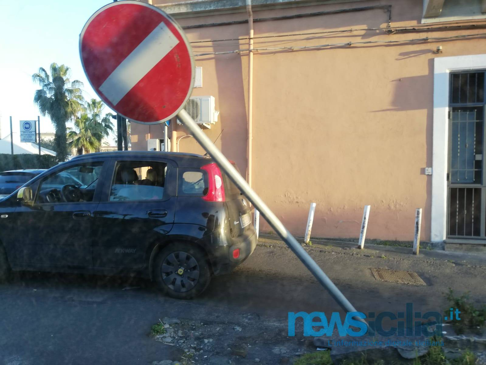 """""""Scusi, chi ha fatto palo?"""", l'odissea del catanese tra segnaletica e cartelli pericolanti – FOTO"""
