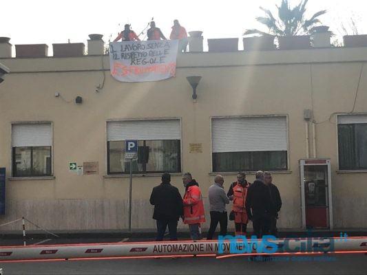 """Mancata retribuzione dei soccorritori, One Emergenza occupa i tetti del Garibaldi: """"Chiediamo confronto"""""""