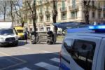 Non vede l'auto parcheggiata in seconda fila e la centra in pieno: Fiat 500 si ribalta in via Garibaldi