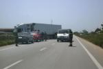 Scontro tir-auto sulla strada provinciale 25, due persone intrappolate tra le lamiere: traffico in tilt
