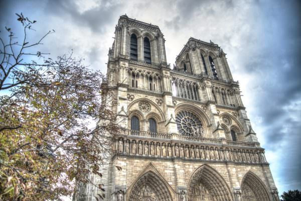 Notre-Dame, un capolavoro artistico e un grande simbolo storico: tutto potrebbe andare perduto
