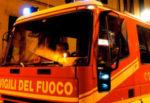 Attimi di paura, macchina in fiamme in centro storico: intervengono i vigili del fuoco
