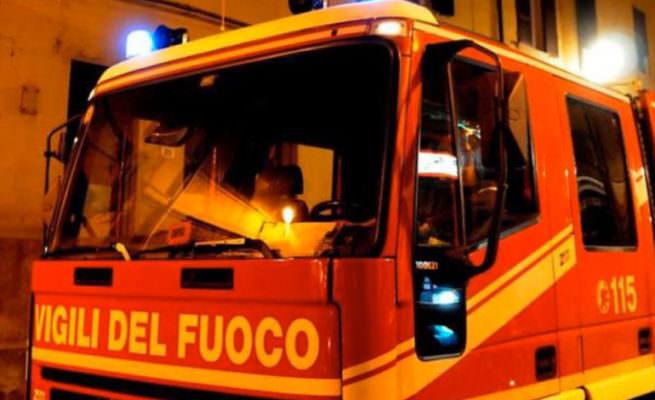 Il Palermitano in fiamme, rischio per le abitazioni: soccorritori in azione